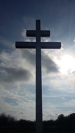Courseulles-sur-Mer, Γαλλία: au pied de la croix de Lorraine