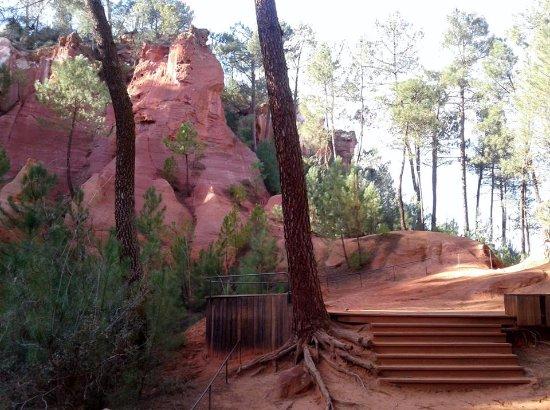Roussillon, France : chemin aménagé dans le sentier des ocres