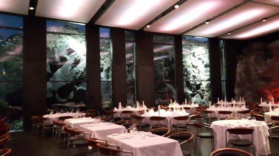 Grindavík, Islandia: Restaurant built around a Lava rock