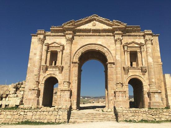 Jerash, Jordania: Hadrian's gate at the entrance