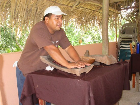 Placência, Belize: Hand grinding cacao beans into chocolate