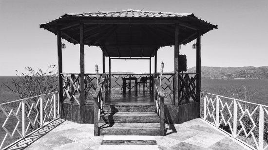 Paradise Flamingo Beach: Gazebo en blanco y negro.