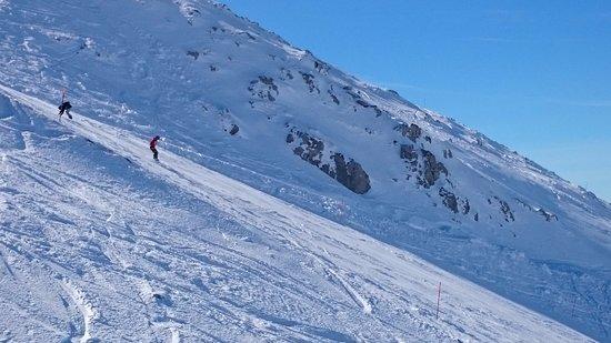 Parnassos, กรีซ: Δυνατοί χιονοδρόμοι κατεβαίνουν την Πίστα Νο6 στην Φτερόλακα Παρνασσού
