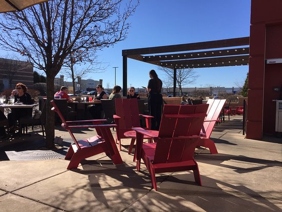 Algonquin, IL: Sitting outside in February - amazing!  Only restaurant with outside open seating today that we