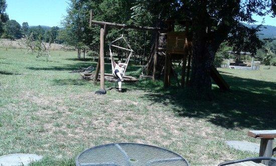 hamaca y casita para niños en el patio