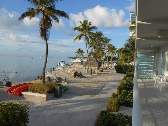 Postcard Inn Beach Resort & Marina at Holiday Isle: Beach area looking south toward Bar & Grill