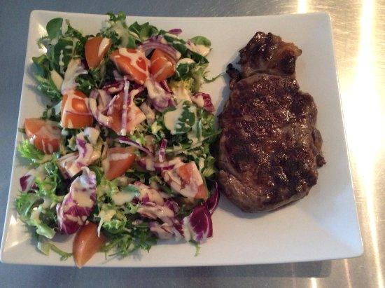 Villecroze, France: Entrecote salade et frites avec une sauce au choix( roquefort,poivre ou morilles)