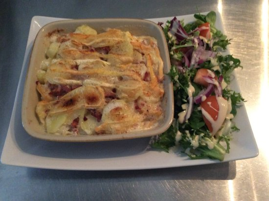 Villecroze, France: Tartiflette et sa salade