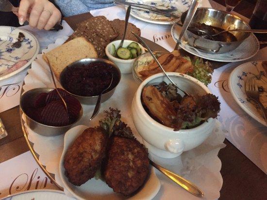 Cafe Lindevang: Frikadeller, leverpostej og hønsesalat!
