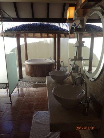 Buiten badkamer met jacuzzi - Picture of Bandos Maldives, Bandos ...
