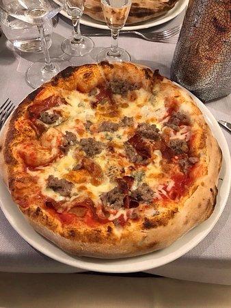 Russi, Italia: Pizza doppio impasto e caffè con biscottini(offerti dalla casa)
