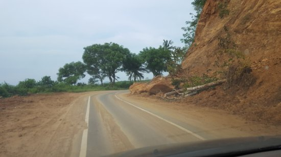 Senggigi, Indonésia: Rock slide on the road to the boat from all the rain the previous day
