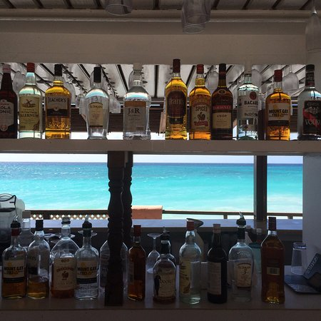 Barbados Beach Club: pool bar