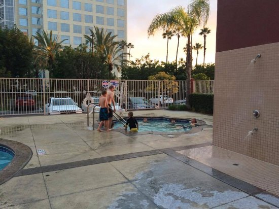 Charming Embassy Suites By Hilton Anaheim South: Hot Tub