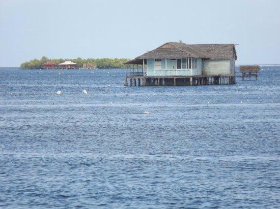 Bentenan, إندونيسيا: House build on the ocean near Bentenan island - North Sulawesi.