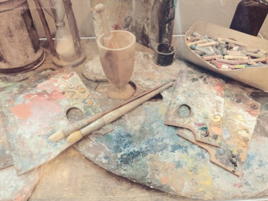 Fredericksburg, Virginie : paints, palettes and brushes all remain in the studio - so cool