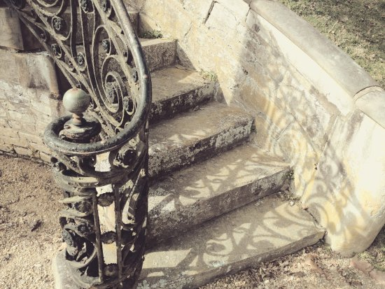 Fredericksburg, Virginie : the house is amazing and the detail is just so other worldly - the steps leading to the main ent