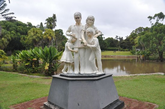 Curepipe: Statue in the garden