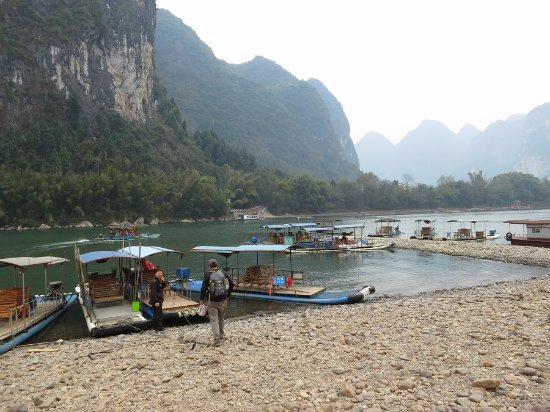 Guangxi, Kina: Launching site for the fake bamboo raft trip