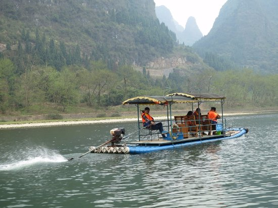 Guangxi, Kina: What's the hurry? Getting passed by another boat...