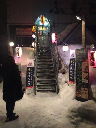 Rusutsu-mura, Japon : Tampopo Yakatori Restaurant. No Restaurant name adverted in English out front of establishment