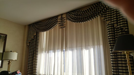 Benson Hotel: beautiful window and curtains