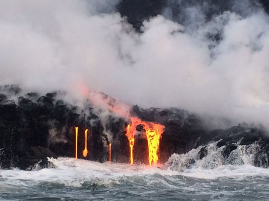 Pahoa, Hawaje: Even during mid-day tours, the lava is fluorescent...it glows like the sun!