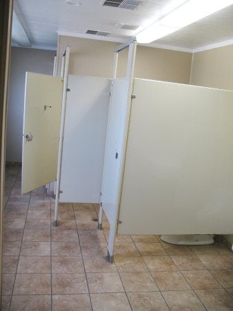 West Sacramento, CA: Toilet stall / shower area