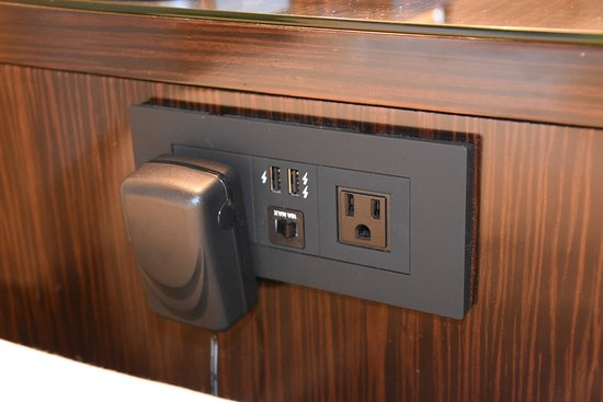 Hilton Columbus at Easton: Outlets with USB connections next to the bed