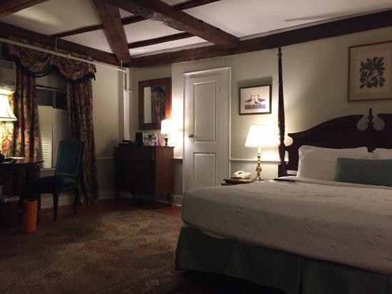 Concord's Colonial Inn Photo