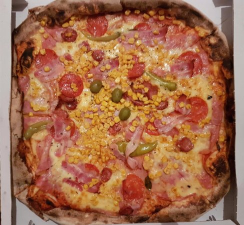Centrala Kroatien, Kroatien: Pizza Hot Sausage, Green hot Pepperoni with Corn, Ham, Cheese, Tomato