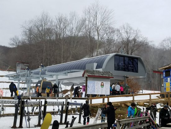 Beech Mountain, Carolina do Norte: There 5 person per lift is up and running.