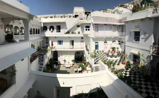 Jagat Niwas Palace Hotel: Courtyards and sitting areas