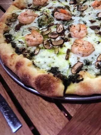 Hickory, Kuzey Carolina: Basil Pesto with homemade mozzarella, shrimp and crimini mushrooms