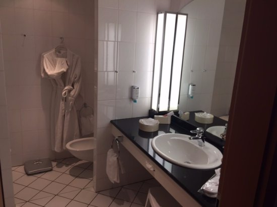 ‪‪Bad Pyrmont‬, ألمانيا: well laid out and clean bathroom‬