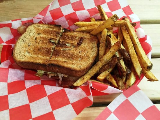 Hixson, TN: Pig in the Garden (BLT)