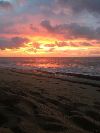 Plantation Hale Suites: Sunrise on the beach