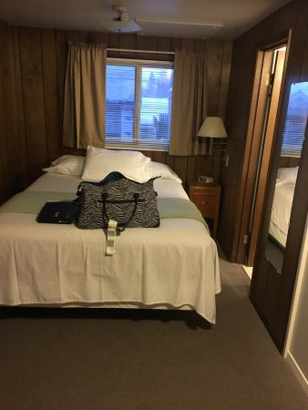 Mom's Montlake Motel: My room/cabin number 9. Such a cute little place. They aren't trying to be hipsters, this is rea