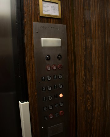 Inn at the Convention Center: Dated Inn at Convention Center Elevator