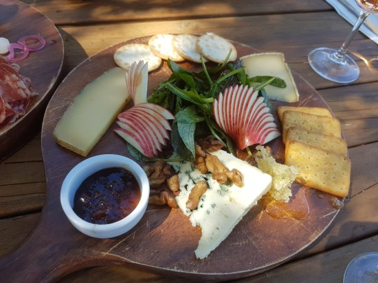 Alexandra, Νέα Ζηλανδία: Cheese Platter - roquefort, compte and another delicious cheese, fanned apple, two types of crac