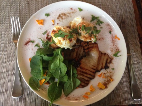 Lamington National Park, Australia: Breakfast, organic poached eggs, bacon and spinach on sourdough....