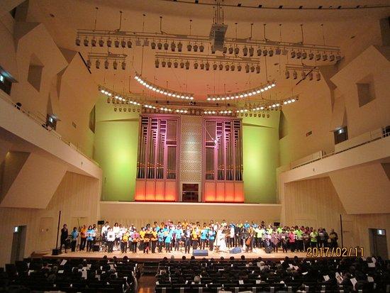 Otawara, Japan: 大ホールの舞台、中央にパイプオルガン
