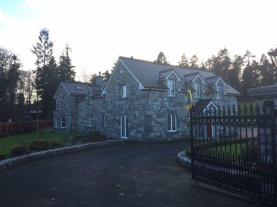 Portumna, Ιρλανδία: Outside and room photo of the Gatelodge B&B