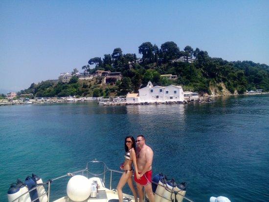 Gouvia, Grèce : We approach the Vlacherena monastery, near Pontikonissi or Mouse Island,a historical tour.