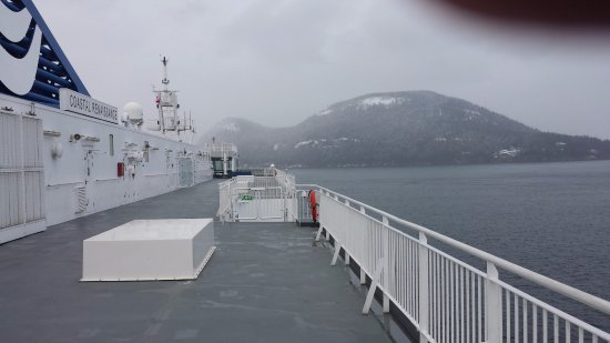 Sidney, Canadá: BC Ferries in Active Pass on a snowy day.