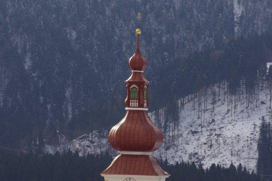 Dellach, Austria: Blick auf die Kirche St. Daniel