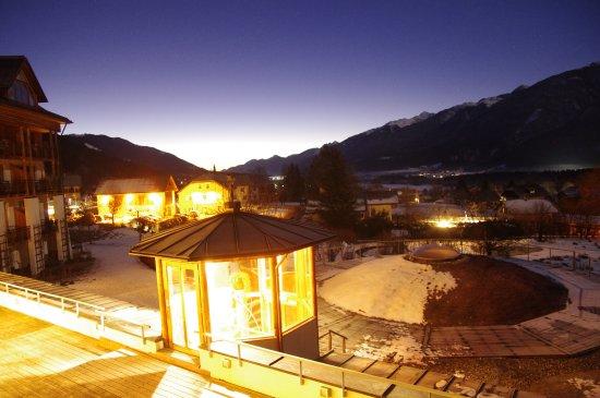 Dellach, Austria: Morgendämmerung mit Blick auf Terrasse und Schwimmbadkuppel