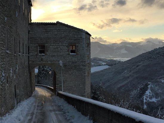 Arcevia le sue mure medioevali. tramonto con neve