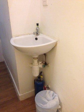 蘋果酒店: 這個洗手台的手一直流出水,怎麼都關不緊