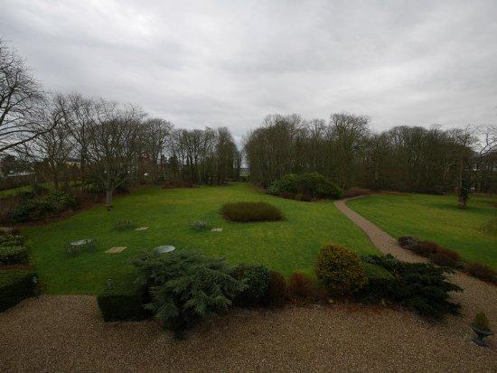 Hesdin-l'Abbe, فرنسا: Vue sur le parc depuis une chambre du premier étage du château